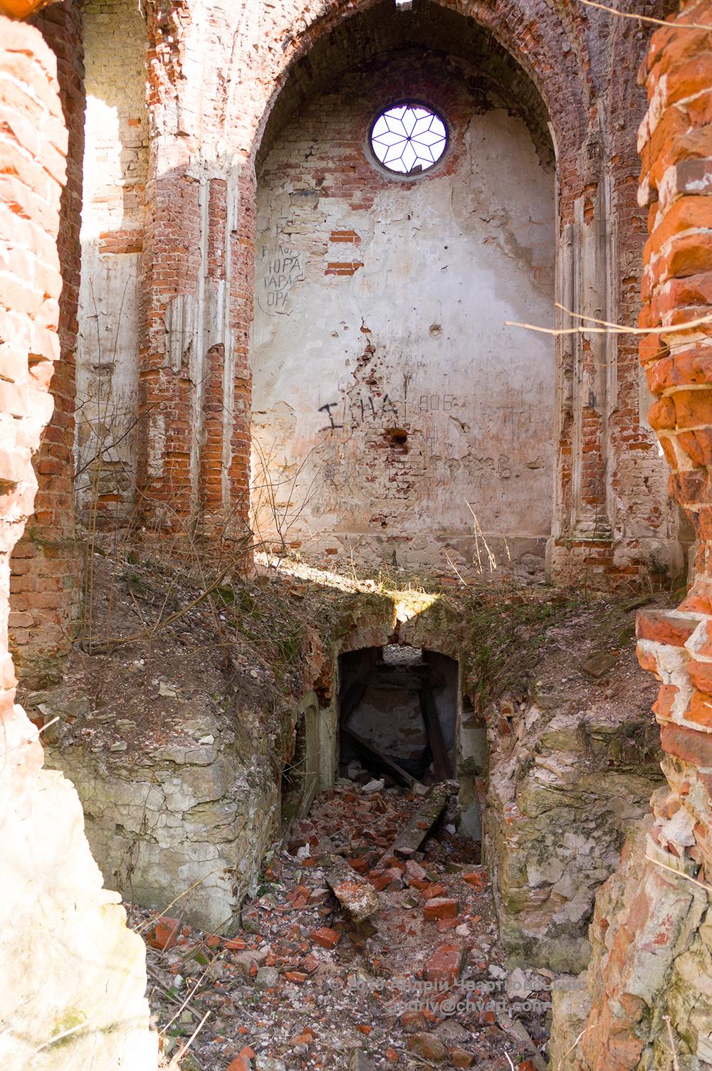 Всередині розграбована, понищена руїна