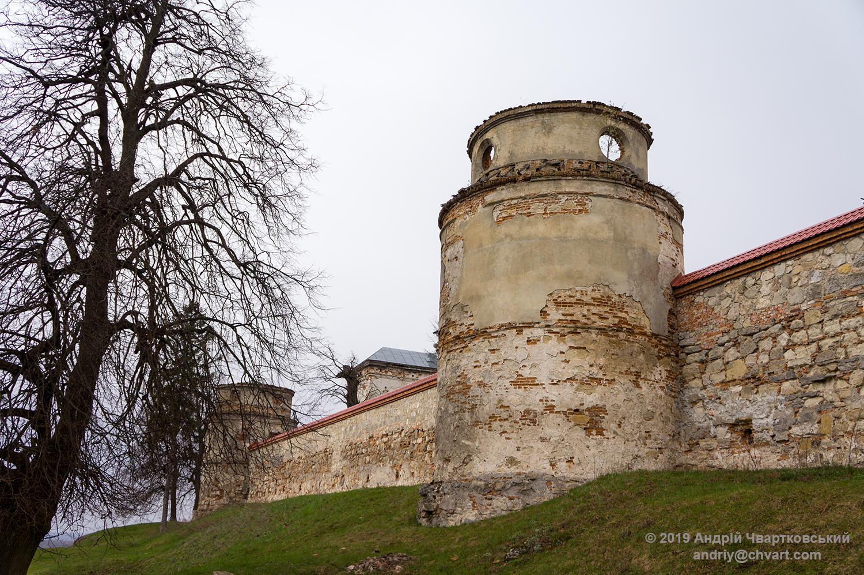 Оборонні мури з напівкруглими вежами