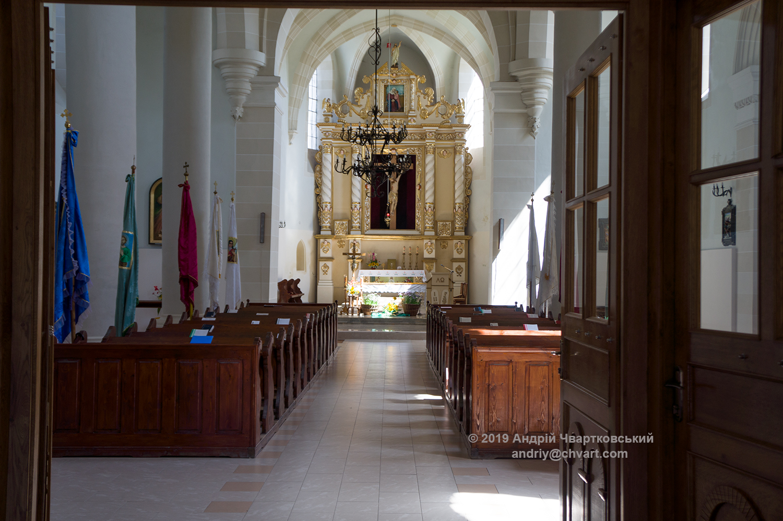 Всередині костелу