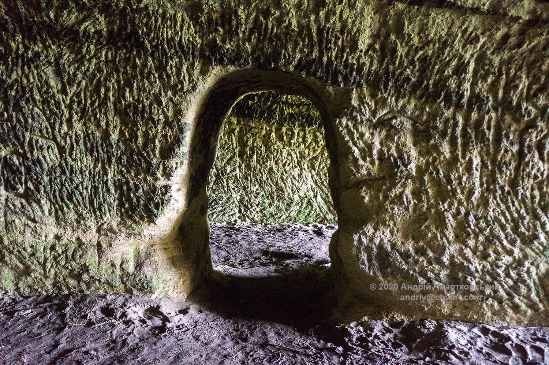 Прохід між тунелями