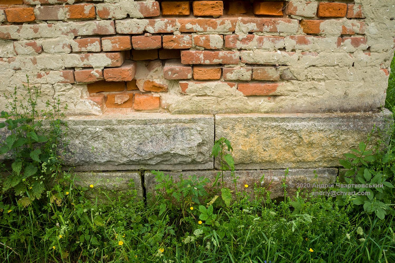 Фундамент з тесаного каменю