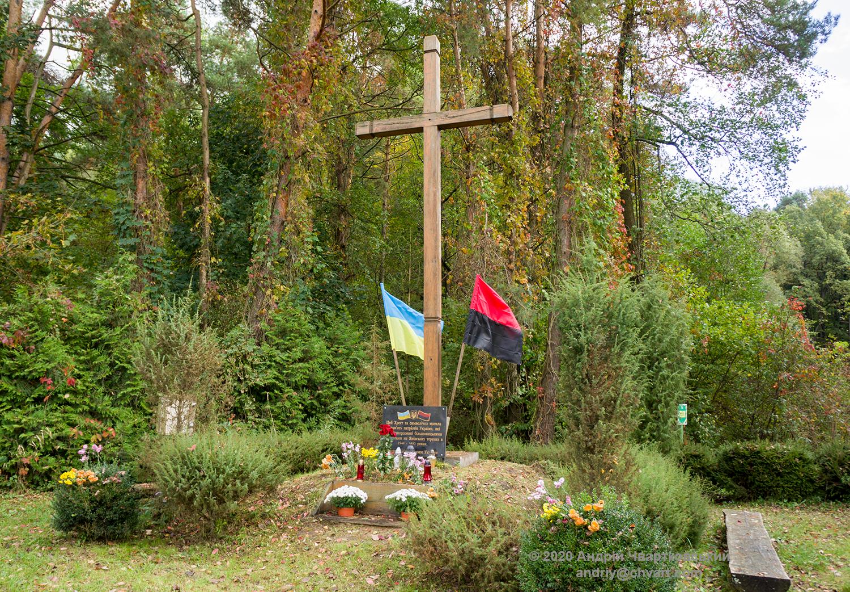 Хрест і символічна могила українським борцям з більшовизмом