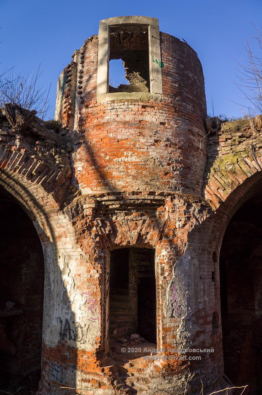 Центальна башта з гвинтовими сходами